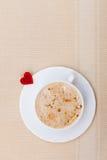 Heißes Getränk des weißen Schalenkaffees und Herzsymbol lieben Valentinstag Lizenzfreies Stockbild
