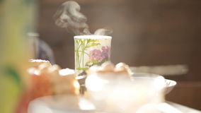 Heißes Getränk in einem Glas auf einer festlichen Tabelle stock footage