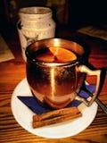 heißes Getränk in einer kalten Nacht lizenzfreies stockfoto