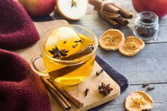 Heißes Getränk mit Apfel und Gewürzen stockfotos