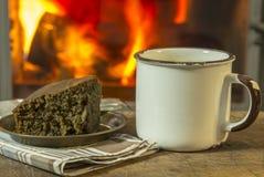 Heißes Getränk mit dem Kuchen zum sich zu wärmen und positiver Stimmung Stockfoto