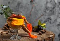 Heißes Getränk mit Honig und Gewürzen auf hölzernem Hintergrundkonzept von Lizenzfreies Stockfoto