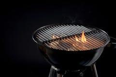 Heißes Grillfeuer mit den glühenden Kohlen kochfertig stockbilder