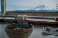 Heißes Hafermehl in einer Berghütte Stockfoto