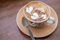Heißes Kaffeekunst-Motivherz stockfoto
