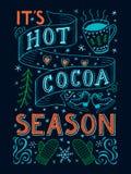 Heißes Kakaojahreszeithandbeschriftungszitat mit Dekorationen auf dunklem Hintergrund Orange blaue und grüne Farben Küche, Bar, R Lizenzfreie Stockfotografie