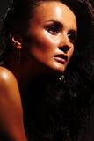 Heißes Mädchen auf dunklem Hintergrund Stockfotos