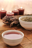Heißes Massage-Schmieröl in einer Schüssel mit Lavendel in einem Badekurort Stockbild