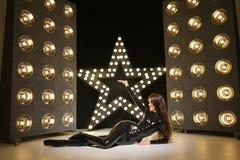 Heißes modernes photomodel, das Latex in den stilvollen catsuit und Stiefeln der hohen Absätze aufwirft stockbild