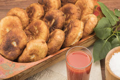 Heißes Pastetchen auf einer Tabelle mit Tomatensaft Lizenzfreie Stockfotos