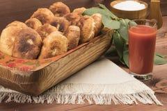 Heißes Pastetchen auf einer Tabelle mit Tomatensaft Lizenzfreies Stockfoto