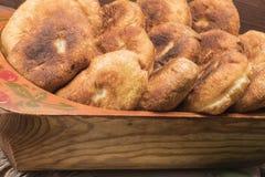 Heißes Pastetchen auf einer Tabelle mit Tomatensaft Stockfotos