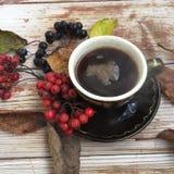 Heißes schwarzes coffe in der Herbstdekoration Lizenzfreie Stockfotos
