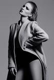 Heißes sexy blondes Modell im Mantel Stockbild