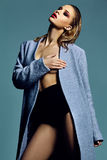 Heißes sexy blondes Modell im Mantel Lizenzfreies Stockfoto