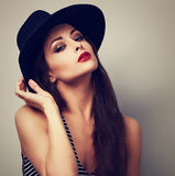 Heißes sexy weibliches Modell mit hellem Make-up und roter Lippenstift im bla Stockfotografie