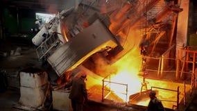 Heißes Stahlgießen in Stahlwerk stock video footage