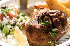 Heißes und saftiges gebratenes Lamm mit griechischem Salat Authentisches griechisches Lebensmittel Lizenzfreie Stockfotografie