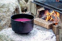 Heißes Wachs und Lagerfeuer stockfoto