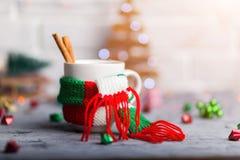 Heißes Wintergetränk in einem Becher mit warmem Schal Lizenzfreies Stockbild