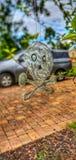 Heißklebertotenkopf mit gekreuzter knochen stockfotografie