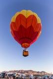 Heißluft-Ballon über den Mengen Lizenzfreie Stockfotografie