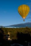 Heißluft-Ballon über Schloss Lizenzfreie Stockbilder