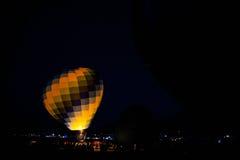Heißluft-Ballon, der mit Heißluft füllt Stockbilder
