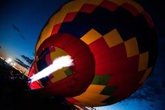 Heißluft-Ballon, der mit Heißluft füllt Stockfotografie