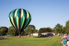 Heißluft-Ballon, der oben gesendet wird Stockfoto