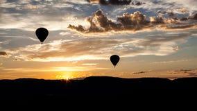 Heißluft-Ballon im Himmel mit Sonnenaufgang über der Arizona-Wüste. Stockfotos