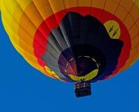 Heißluft-Ballon obenliegend Lizenzfreie Stockfotografie