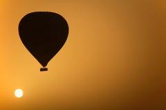 Heißluft-Ballon am Sonnenaufgang Lizenzfreie Stockfotografie