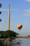 Heißluft-Ballon und neuer Jahrtausend-Kontrollturm Lizenzfreie Stockfotografie