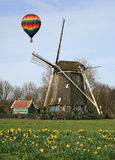 Heißluft Ballon und Windmühle Stockbilder