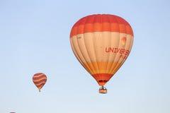 Heißluft-Ballone über Goreme-Stadt Lizenzfreie Stockbilder