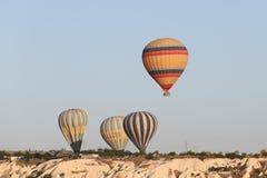 Heißluft-Ballone über Goreme-Stadt Stockfotos