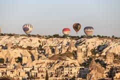 Heißluft-Ballone über Goreme-Stadt Lizenzfreies Stockbild