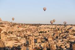 Heißluft-Ballone über Goreme-Stadt Lizenzfreies Stockfoto