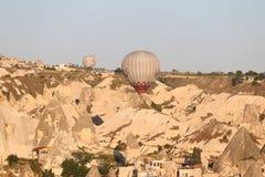 Heißluft-Ballone über Goreme-Stadt Stockbild