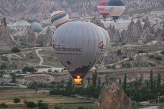Heißluft-Ballone in Cappadocia-Tälern Lizenzfreies Stockfoto