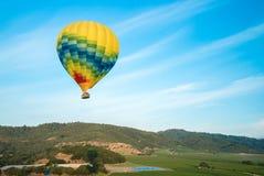 Heißluft-Ballone, die über Weinberge schwimmen Stockbild