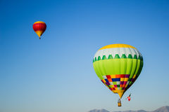 Heißluft-Ballone und Berge Stockfotos