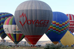Heißluft Ballons bereiten sich für einen Start des frühen Morgens nahe Goreme in der Cappadocia-Region von der Türkei vor Stockbild