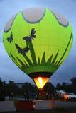 Heißluft baloon, das beginnt, in den Abendhimmel zu fliegen Lizenzfreies Stockfoto