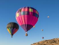 Heißluft, die über Nord-Kalifornien im Ballon aufsteigt Stockbilder