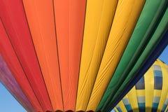 Heißluft, die über Nord-Kalifornien im Ballon aufsteigt Stockfotografie