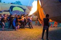 Heißluft gründend, steigen Sie bei Chiang Mai Balloon Festival, Thail im Ballon auf Lizenzfreies Stockfoto