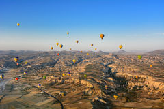 Heißluft-im Ballon aufsteigende Landschaft in Goreme Cappadocia die Türkei Lizenzfreies Stockbild
