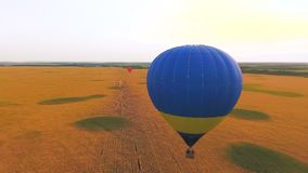 Heißluft steigt über Felder, die ausbildenden Piloten im Ballon auf, Erziehungsprogramm niedrig schwimmen stock video
